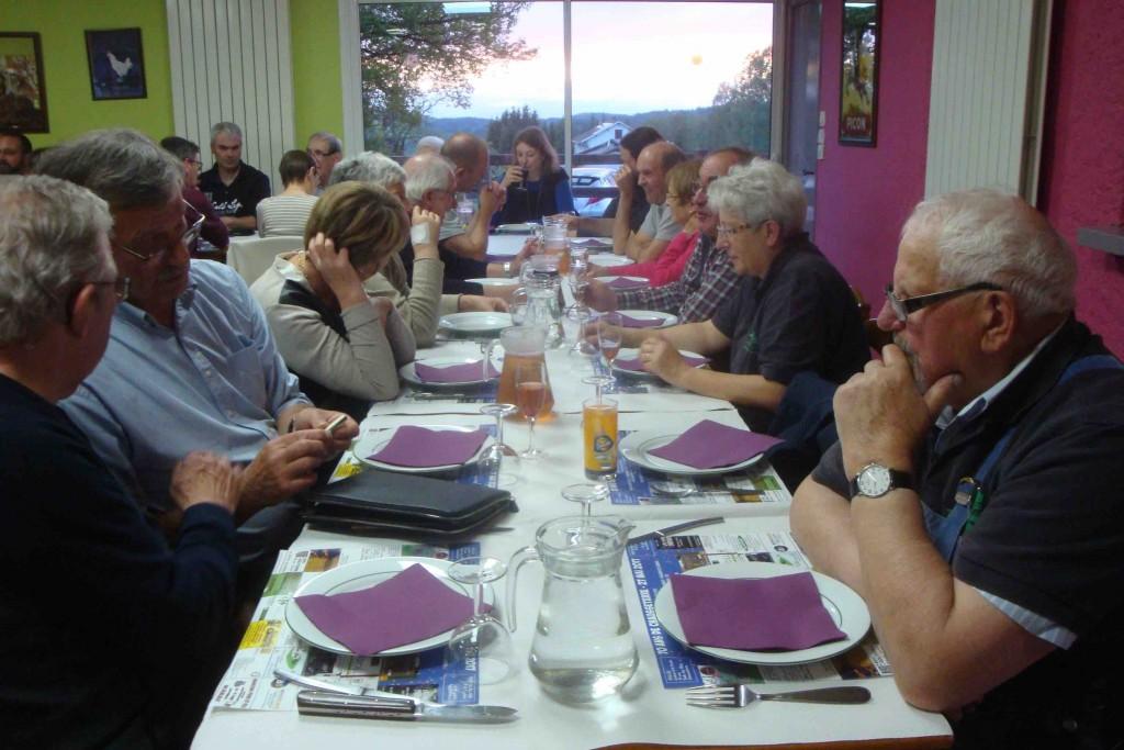 Les couteliers pros et amateurs partagent un repas et leur passion...